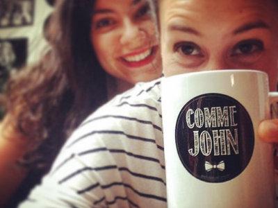 "Mug Comme John ""Logo"" - Édition Limitée main photo"