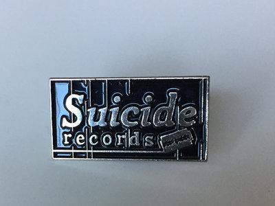 Label pin main photo