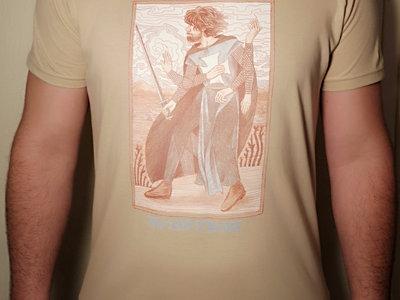 """T-Shirt """"Cold Crusader"""" - Couleur Sable main photo"""
