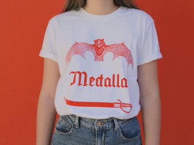 "Camiseta Blanca ""Sable / Murciélago"" - Tinta Roja main photo"