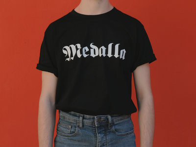 "Camiseta Negra ""Medalla"" - Tinta Blanca main photo"